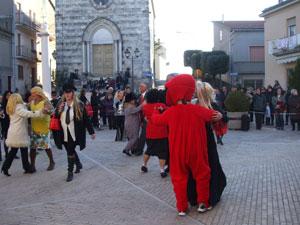 Il ballo finale, con tutti i personaggi in piazza