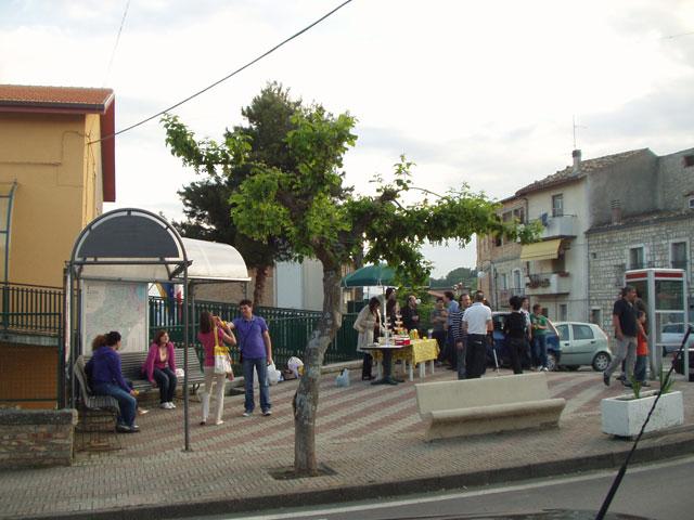 Il banchetto degli aperitivi in via Garibaldi a Lentella