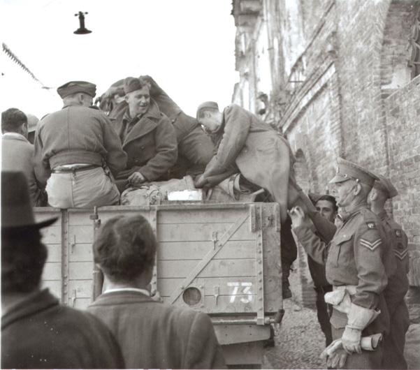 """3/4 novembre 1943. """"Due prigionieri tedeschi, catturati in San Salvo [lungo corso Garibaldi] vengono fatti salire su un autocarro e portati via  per l'interrogatorio"""" (da G. Artese, La guerra in Abruzzo e Molise 1943-44, vol. I, per gentile concessione dell'Imperial War Museum - London)."""