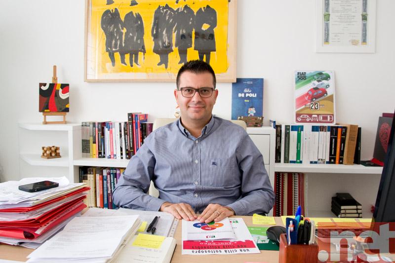 Gennaro Luciano nel suo ufficio