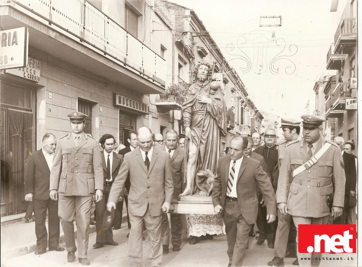 Giuseppe Gravina ( primo a destra ) durante una processione di San Rocco inizi anni 70