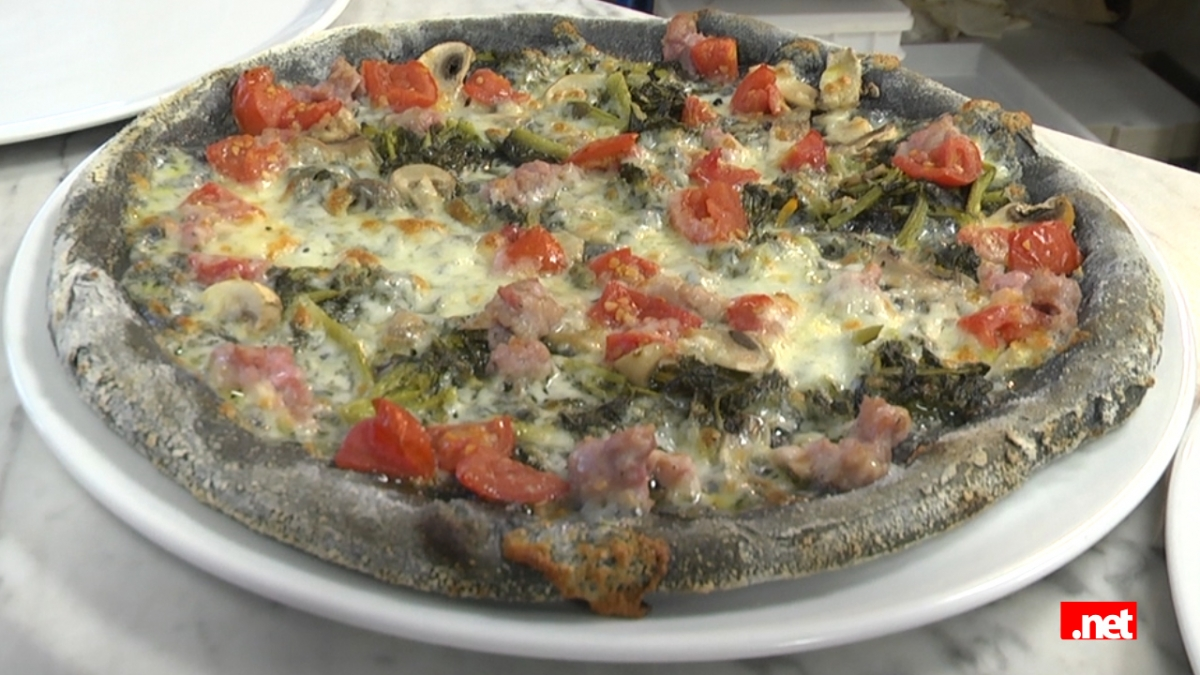 La pizza nera al carbone vegetale - Il carbone vegetale fa andare in bagno ...