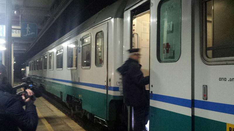 Il capotreno sale sul treno che sta per ripartire