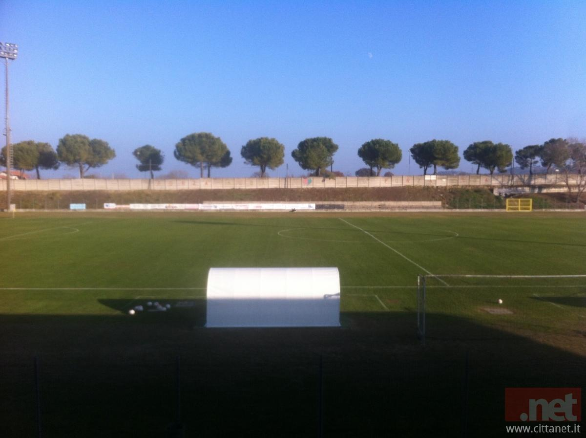 La tribuna ospiti vuota dello stadio Vallese