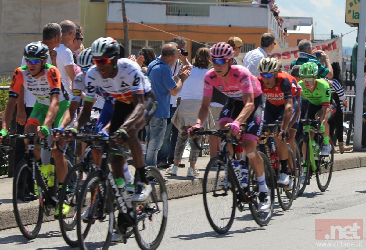 Quintana straripante, Nibali perde un minuto
