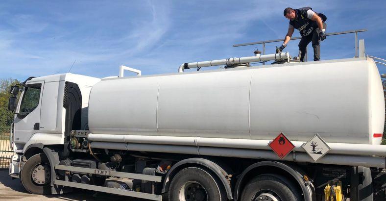 Controlli+a+distributori+di+carburante%3A+sequestrati+10mila+litri+di+gasolio
